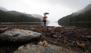 """""""Przez dwa miesiące na pacyficznych wodach Kolumbii Brytyjskiej tropię niedźwiedzie–duchy. Żeby się dostać na ich teren, przepływam ponad 500 km kajakiem po oceanie, zakładam bazy przy rzekach, do których wpływają łososie, a niedźwiedzie na nie polują"""""""