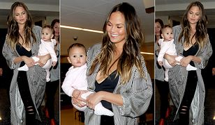 LOOK OF THE DAY: Chrissy Teigen w pasiastej narzutce