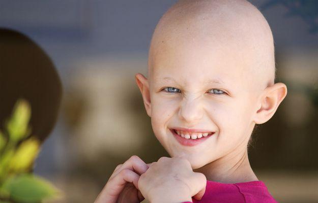 Ogoliła córce głowę na łyso, bo przedrzeźniała koleżankę chorą na raka