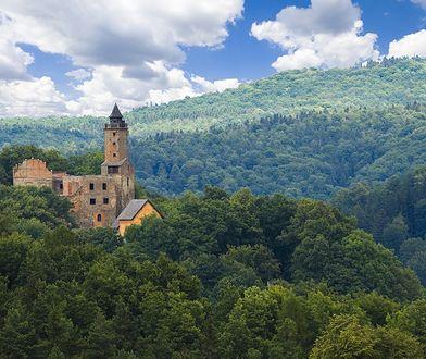 Średniowieczny zamek Grodno zlokalizowany jest Górach Sowich. Został wzniesiony przez świdnickich Piastów