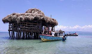 Oryginalny bar został zniszczony podczas huraganu Ivan w 2004 r., ale lokalna społeczność zebrała się, aby go odbudować.
