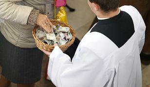 Praktykujących katolików ubywa, tym samym mniej jest datków na tacę. Także coraz mniej Polaków przyjmuje księży po kolędzie.