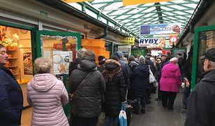 Kolejka przed sklepem rybnym w Hali Mirowskiej