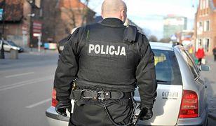 Policyjna akcja w Krakowie. Zabezpieczyli podejrzany pakunek spod samochodu