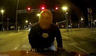 Radom: mężczyzna podbiegł do samochodu stojącego na światłach i... przestawił go
