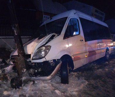 Wypadek w Zawadzie. Bus zjechał z drogi i rozbił się o słup