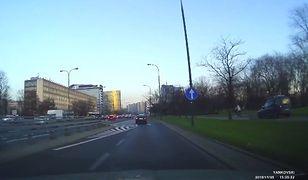 Kierowca mknie po chodniku pomiędzy pieszym a rowerzystą [WIDEO]