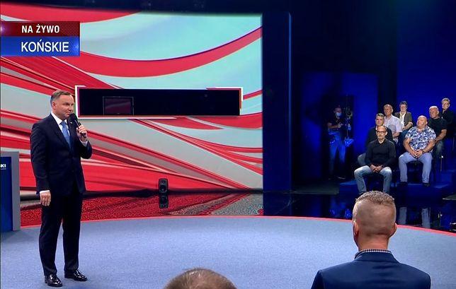 Kadr z debaty TVP w Końskich. Internauci rozpoznali wsród uczestników spotkania działaczy PiS i Solidarnej Polski