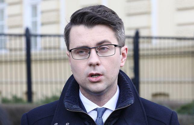"""Koronawirus w Polsce. Piotr Mueller: """"W czwartek decyzja ws. egzaminów i matur""""."""