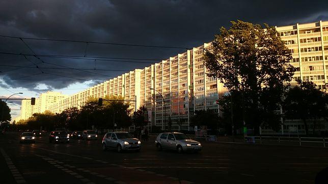 Pamiętające NRD bloki przy Frankfurter Allee w Berlinie.
