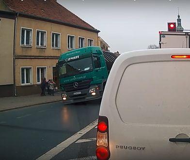 Wypadek w Ujściu: ciężarówka ze złomem przewróciła się na chodnik