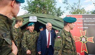 Antoni Macierewicz w punkcie sztabu kryzysowego przy moście na rzece Brda