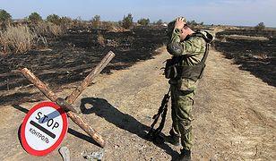 Ukraiński żołnierz w okolicach zaatakowanego Nowoazowska