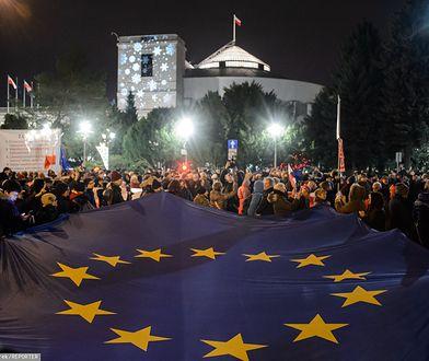 Urzestnicy protestów przeciwko ustawie dyscyplinującej sędziów odwoływali się do zasad praworządności UE.