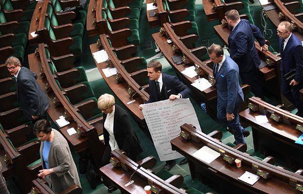 Okupujący od 16 grudnia salę plenarną posłowie Platformy Obywatelskiej opuszczają salę obrad