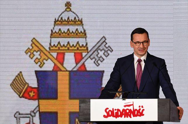 """Premier Mateusz Morawiecki przemawia podczas konferencji naukowej """"Obudził Solidarność"""", 3 bm. w Sali BHP Stoczni Gdańskiej."""
