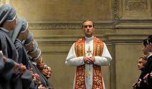 """Jude Law jako Lenny Belardo - papież Pius XIII - w serialu """"Młody papież"""""""
