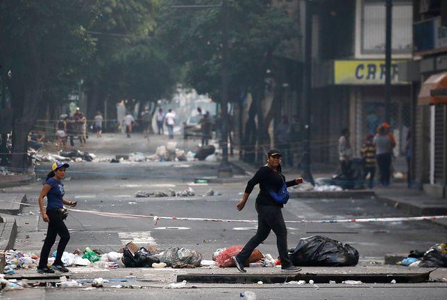 Ulica w Caracas po starciach policji z demonstrantami w dzień wyborów do konstytuanty