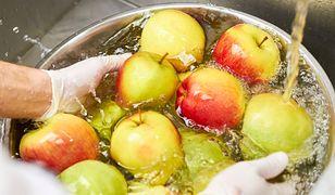 Bardzo ważne jest, by przed jedzeniem dokładnie umyć owoce.