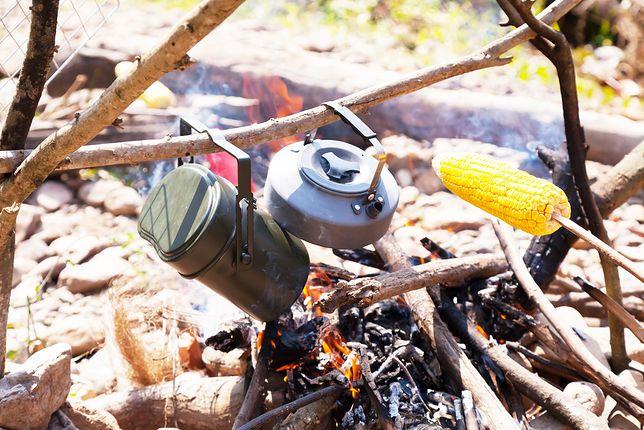 Czasem do przygotowania ogniska potrzeba również prowizorycznego rusztu