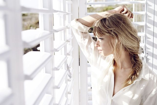 Biała koszula to klasyczny strój na wiele okazji - idealnie sprawdzi się podczas urlopu
