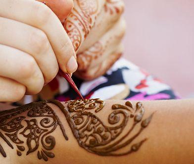 Topowe wzory do tatuaży z henny królują na dłoniach i rękach