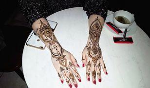 Tatuaż z henny na dłoniach świetnie ożywi wizerunek