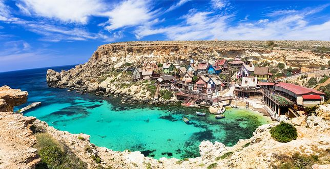 Lazurowa woda otaczająca Maltę spotyka się na horyzoncie z błękitnym niebem