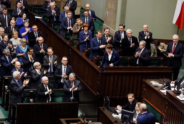 PiS powiększa przewagę nad opozycją. Najnowszy sondaż