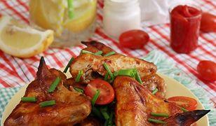 Pikantne pieczone skrzydełka z ziemniaczkami i sosem