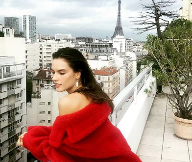 Alessandra Ambrosio kusi w Paryżu. Jej sukienka-płaszcz to hit!