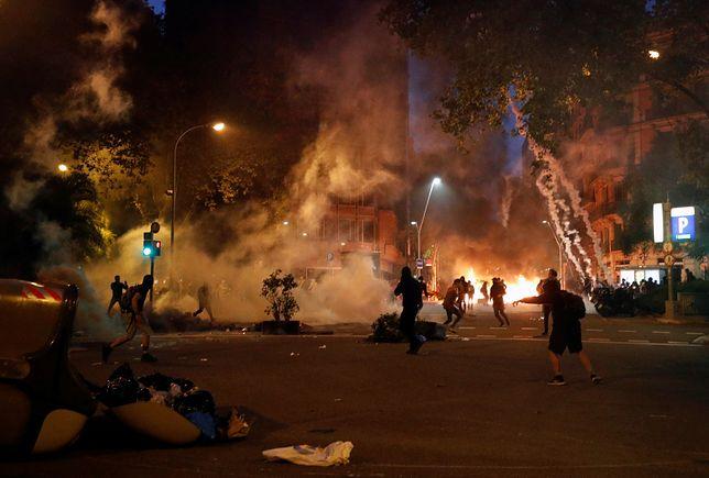 Demonstranci budują barykady z kontenerów na śmiecie i podpalają je