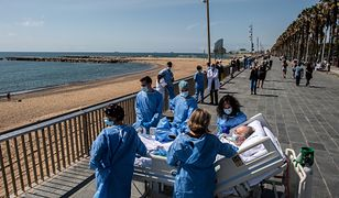 Hiszpańscy medycy z pacjentem zakażonym COVID-19