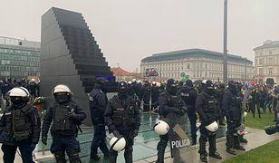 """Strajk Kobiet w Warszawie. Otoczony pomnik. """"Proszę się nie bać"""""""