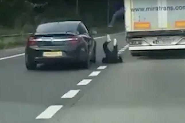 Ludzie wyskakiwali z polskiej ciężarówki. Brytyjscy kierowcy oniemieli