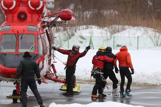 Poszkodowani podczas lawiny w Tatrach na lądowisku TOPR przy zakopiańskim szpitalu