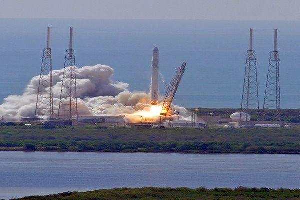 Rakieta Falcon wyniosła satelitę, ale rozbiła się podczas lądowania