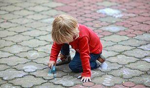 Akcja Rysujemy kredą po chodnikach na Białołęce, po tym jak część mieszkańców kazała zmywać rysunki małej Julce