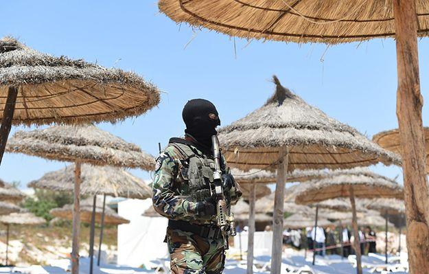 Tunezyjski żołnierz na plaży w Susie po czerwcowym zamachu.