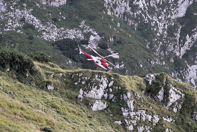 """Tatry: jaskinia Wielka Śnieżna. Śmigłowiec """"Sokół"""" transportuje w pobliże jaskini ratowników i sprzęt"""
