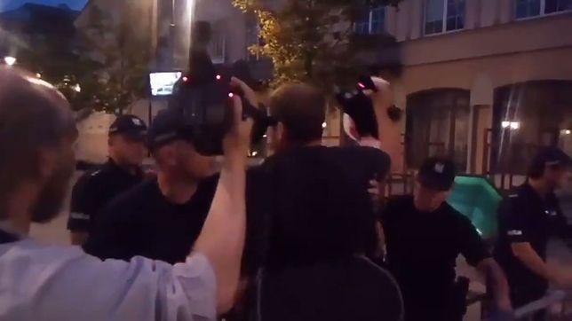 Forsowali w nocy barierki przy Krakowskim Przedmieściu. Interweniowała policja