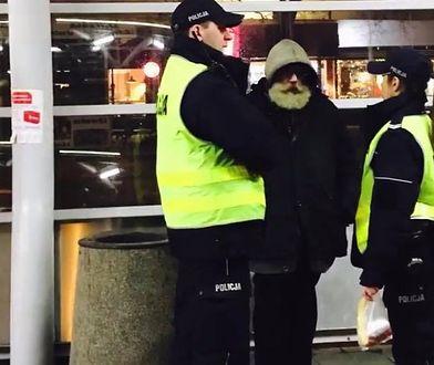 Patrol policji i bezdomny. Funkcjonariuszka zdobyła się na piękny gest