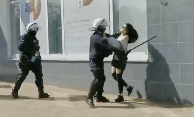 Brutalna interwencja policji względem kobiety. Stłumiony protest antycovidowców