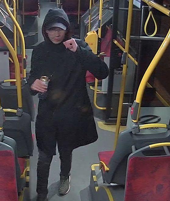 Policja poszukuje mężczyzny, który zaatakował pasażera autobusu