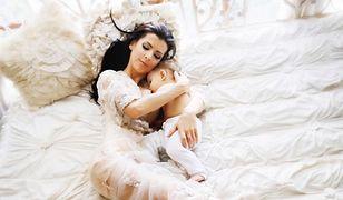 Modelka karmi piersią i pokazuje zgrabne ciało. Wygląda lepiej niż przed ciążą?
