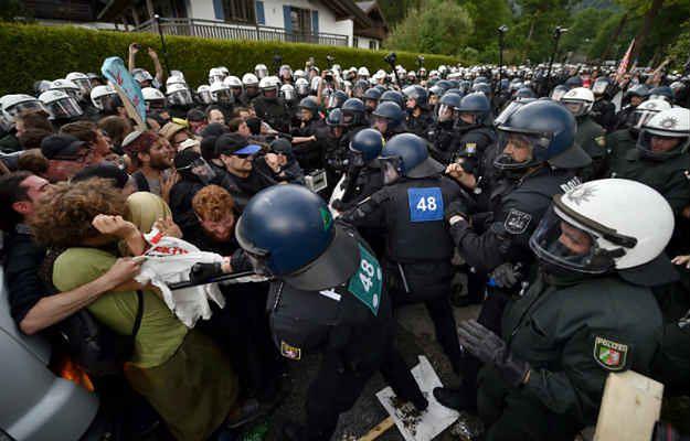 Protestujących eskortuje około 6 tys. policjantów