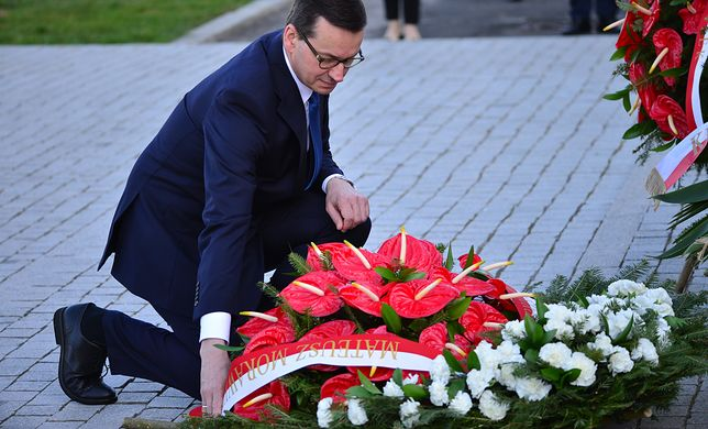 Premier Mateusz Morawiecki oddał hołd ofiarom katastrofy smoleńskiej na Placu Piłsudskiego