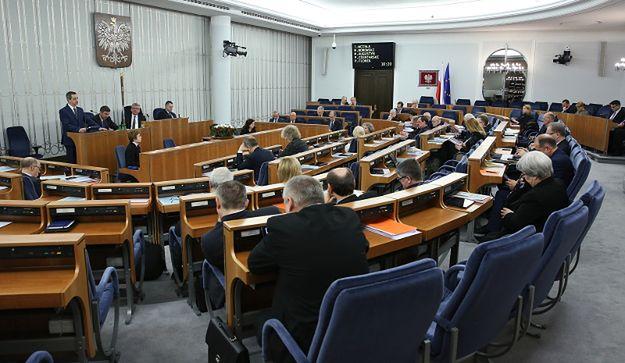 Senatorowie na sali obrad
