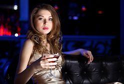 """""""Mądra dziewczynka pilnuje drinka"""". Kampania społeczna doprowadziła setki    kobiet do furii"""