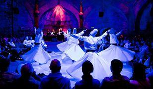 Wirujący derwisze - tradycja licząca ponad 700 lat